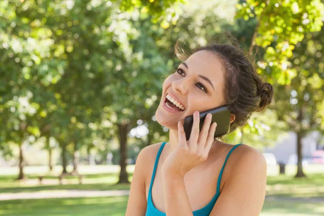 Kvinde snakker i telefon