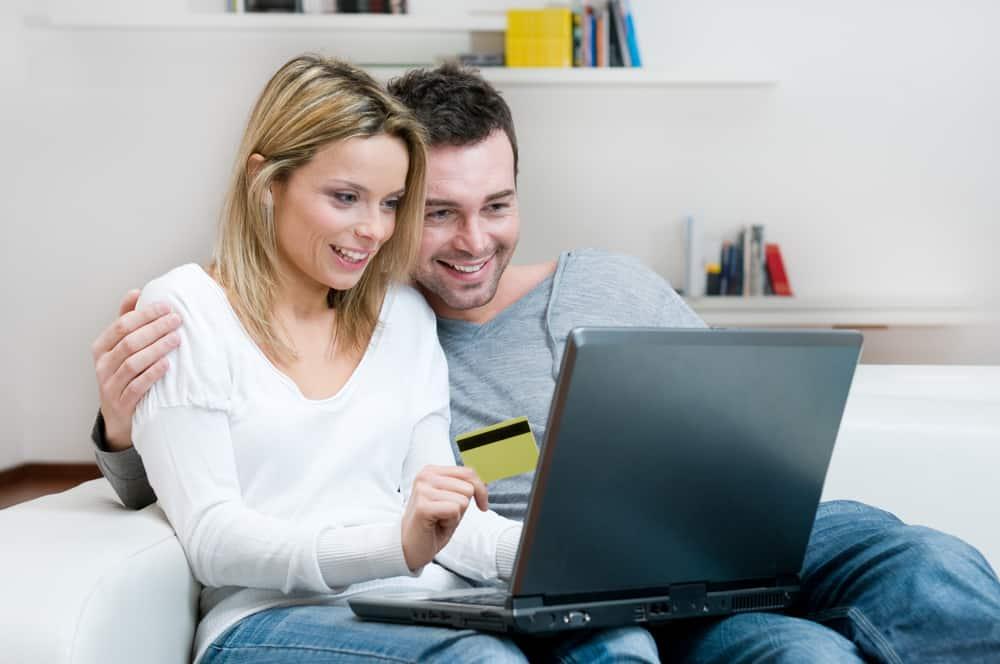Online handelen stiger i disse år. Par sidder foran computeren.