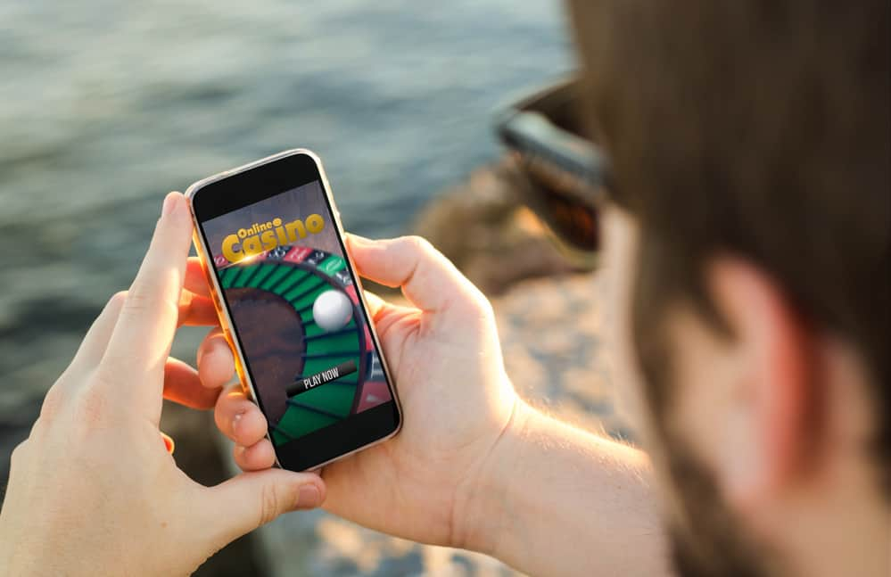 Mand spiller på mobilen