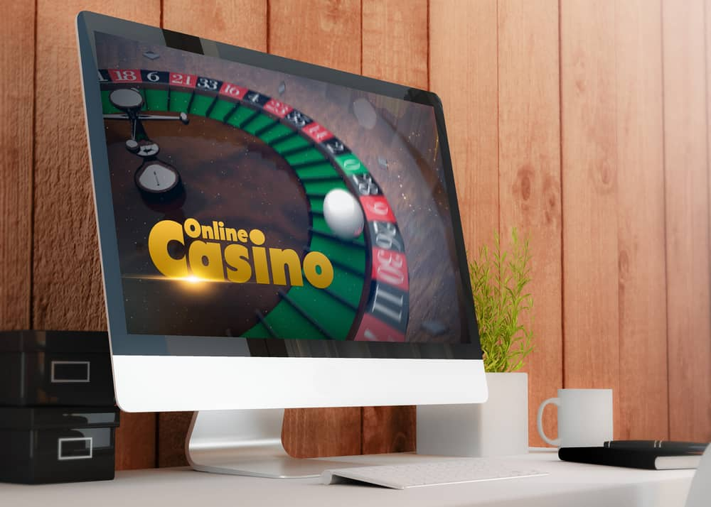 Moderne arbejdsplads med computerskærm med roullette på